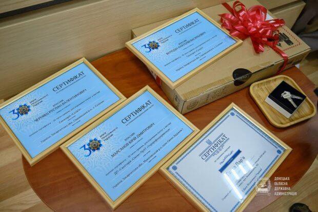 Голова Донецької ОДА вручив ключі від квартири й сертифікати на проходження реабілітації учасникам бойових дій з інвалідністю. донецька ода, квартира, реабілітація, учасник ато, інвалідність