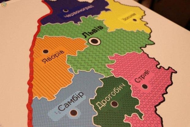 В Українському товаристві сліпих з'явились дві мапи Львівщини зі спеціальним шрифтом Брайля. львівщина, утос, мапа, шрифт брайля, інвалідність