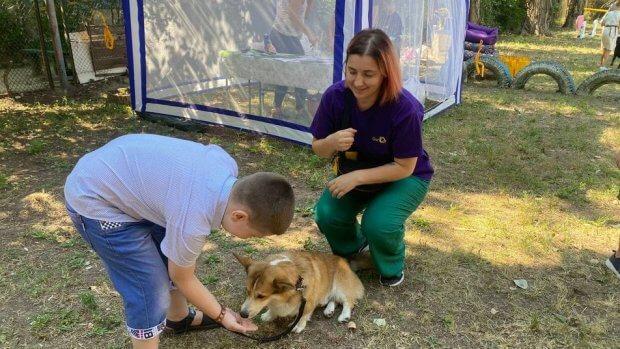 У Херсоні до реабілітації дітей з інвалідністю залучають собак. херсон, заняття, канистерапия, собака, інвалідність