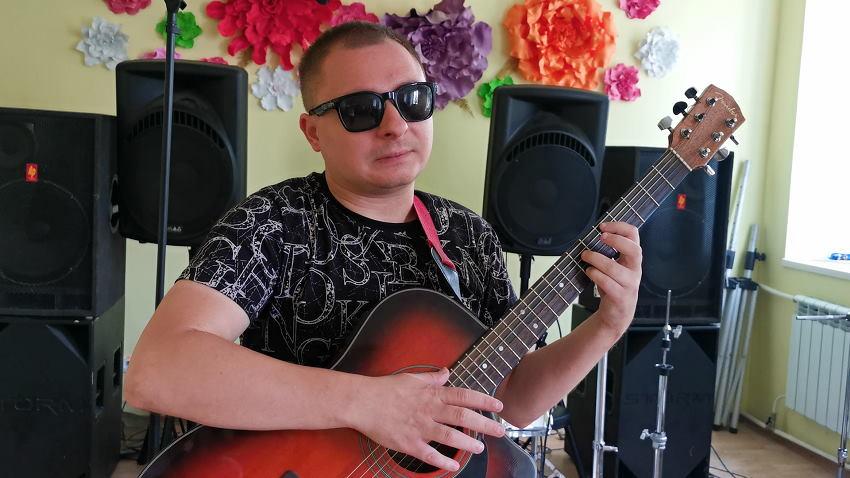 Життя на дотик: як музикант зі Слов'янська впроваджує інклюзивні практики у власну творчість (ВІДЕО). едуард смоляков, слов'янськ, музикант, незрячий, інвалідність