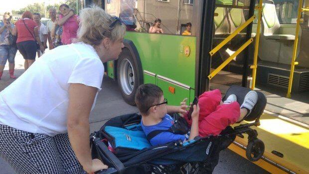 У Житомирі водії тролейбусів та маршруток зустрілися з пасажирами, які пересуваються на візках. житомир, водій, пандус, тролейбус, інвалідність
