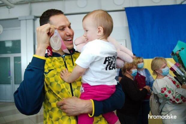 Українські спортсмени повернулися з Паралімпіади у Токіо. Як їх зустрічали. паралимпиада, паралімпійські ігри, змагання, паралімпиєць, спортсмен