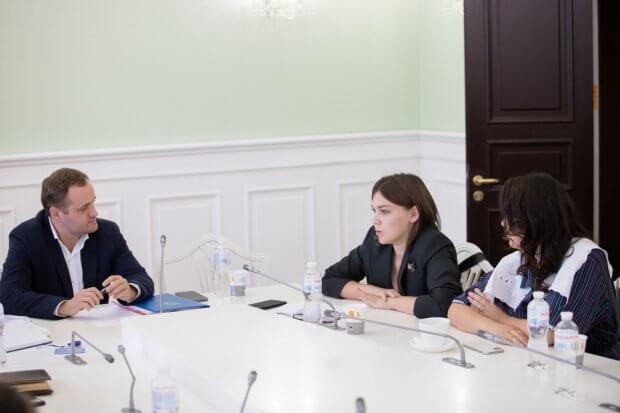 У Київській міській раді обговорили актуальні норми доступності міських об'єктів для людей з інвалідністю та маломобільних осіб. київ, комітет, доступність, обговорення, інвалідність