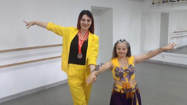 """Вінничанка Марія Гнатик стала героїнею фільму """"Особливі митці від Териконів до Карпат"""". марія гнатик, синдром дауна, танець, фильм, інвалідність"""