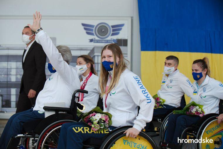 Українські спортсмени повернулися з Паралімпіади у Токіо. Як їх зустрічали (ФОТО, ВІДЕО). паралимпиада, паралімпійські ігри, змагання, паралімпиєць, спортсмен
